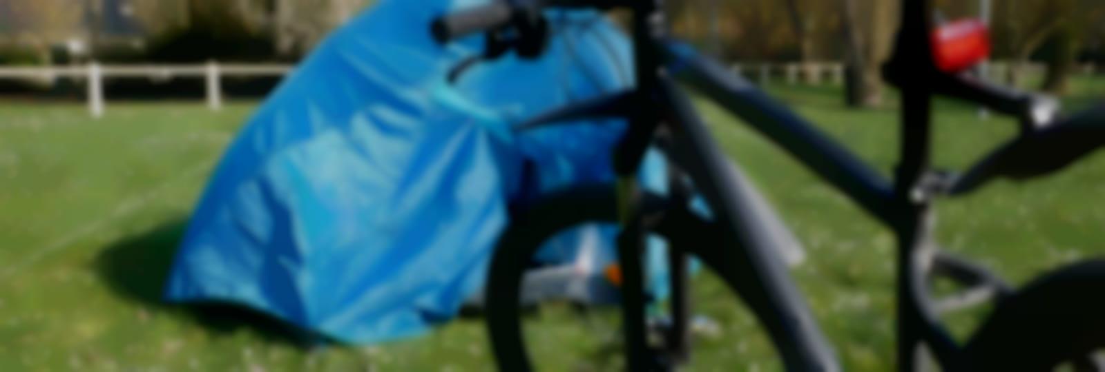 Focus sur le vélo près d'une tente